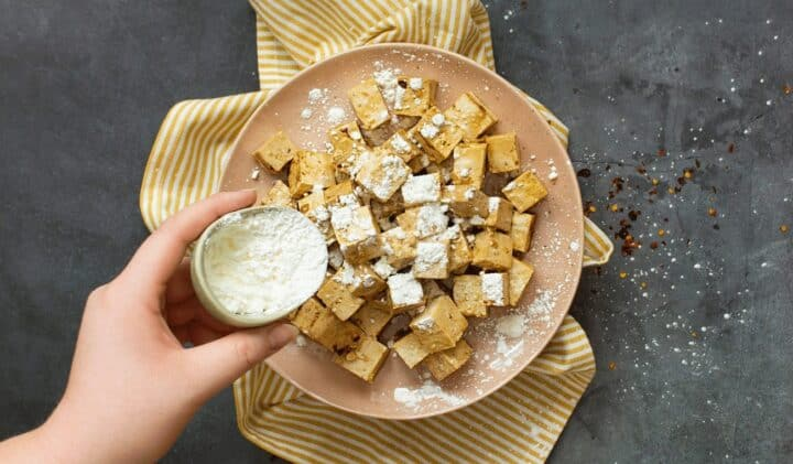 Tofu paneras med maizena för att sedan stekas krispig