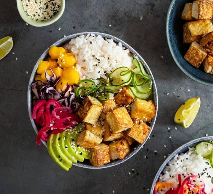 Bilden visar en poké bowl med naturell tofu från Yipin