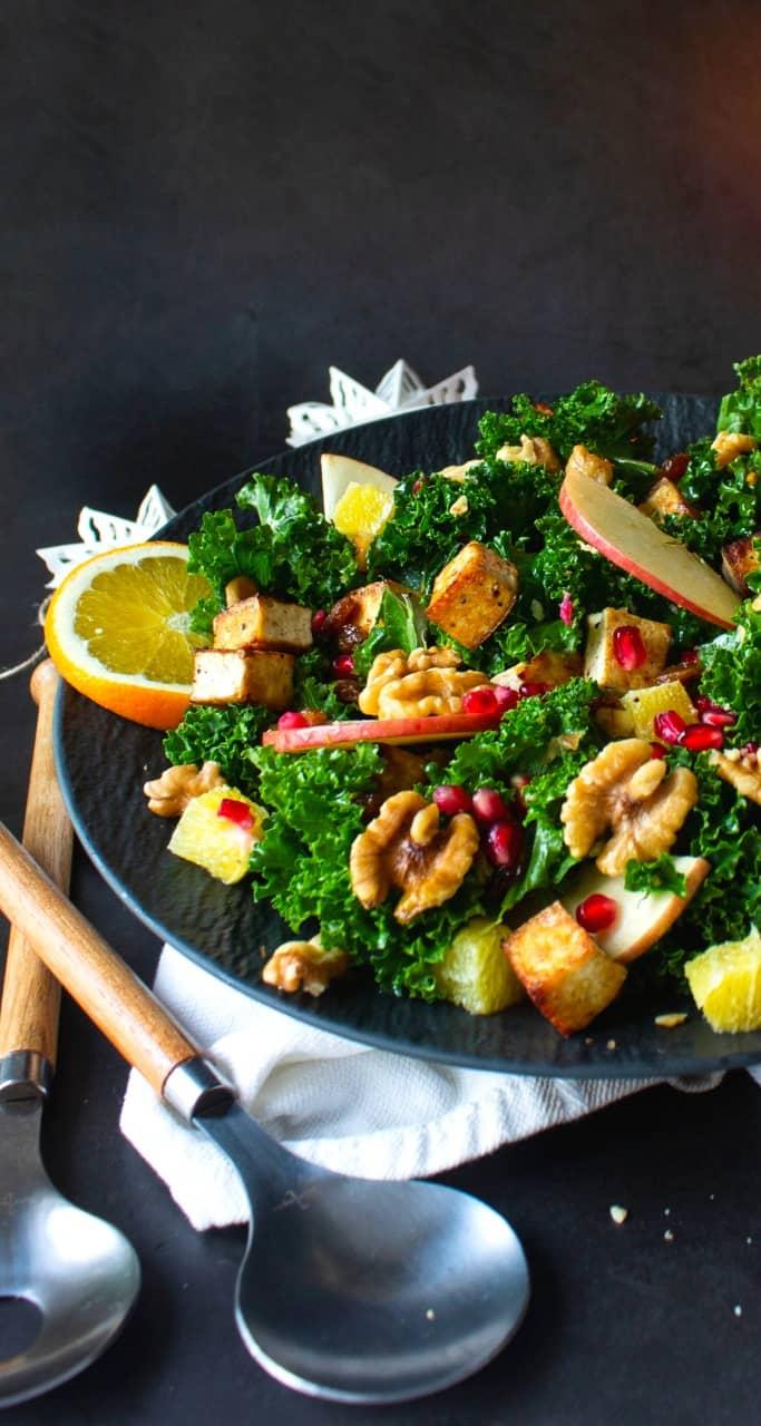 Bilden visar en grönkålssallad med granatäpple och marinerad tofu