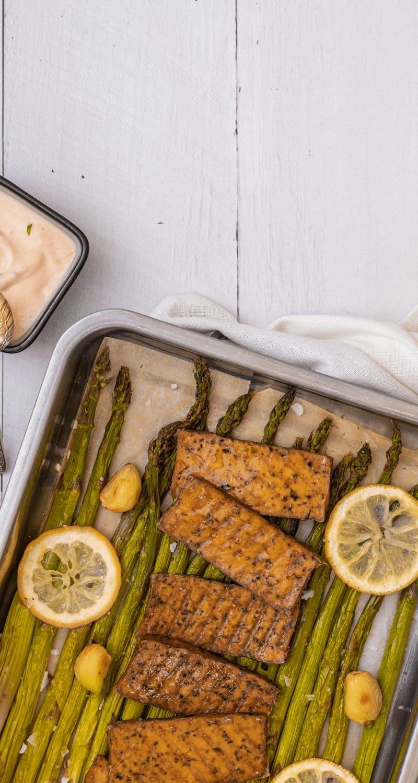 Bilden visar tofu med quinoa och sparris