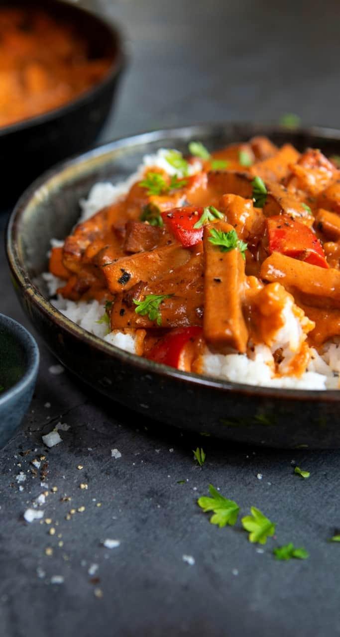Bilden visar en tofu stroganoff med alspånsrökt tofu och ris