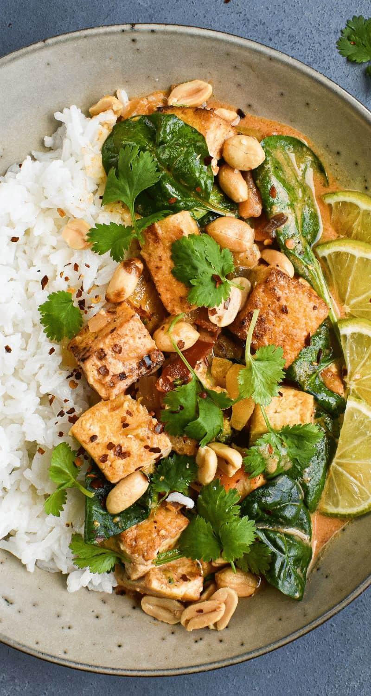 Bilden visar en thaigryta med tofu och grönsaker