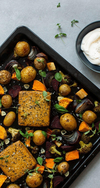 Bilden visar ugnsbakad tofu med vitlökssås