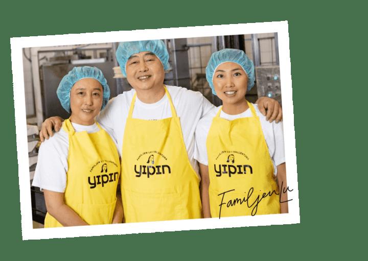 Bilden visar familjen Lu på Yipin, i tofufabriken i Vallentuna