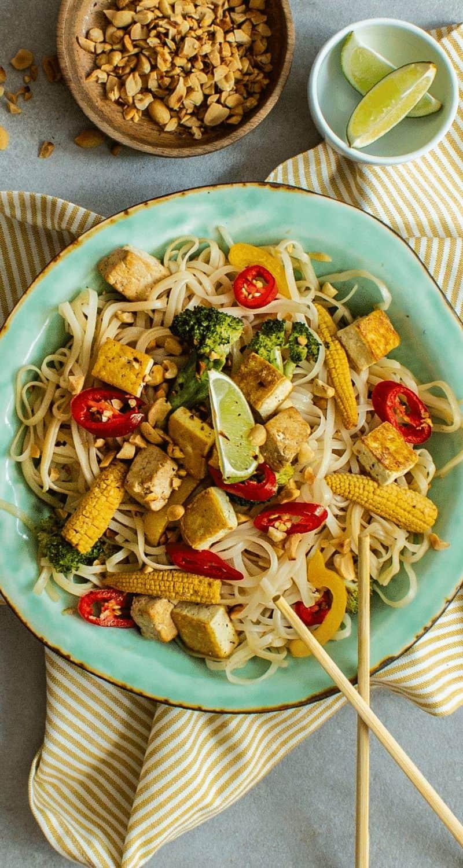 Bilden visar en vegetarisk wok med nudlar, grönsaker och tofu